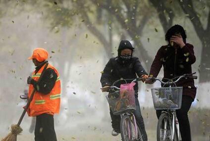 北京大风连刮三天 市民外出注意防风防沙添衣保暖