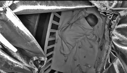 婴儿趴睡死亡背后 亲妈全程看直播窒息死亡
