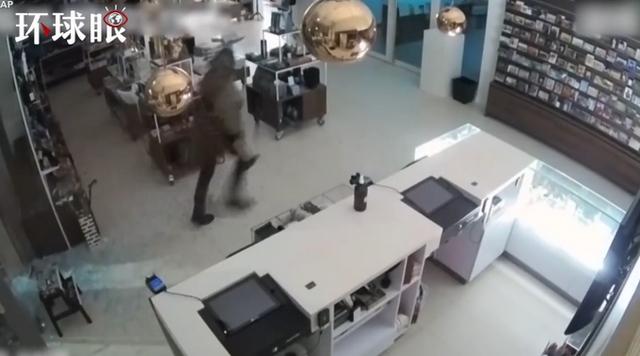 荷兰博物馆梵高名画被盗监控 窃贼砸开玻璃直接取走