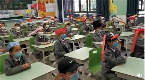 杭州小学生戴一米帽上课 要求不能碰到别人