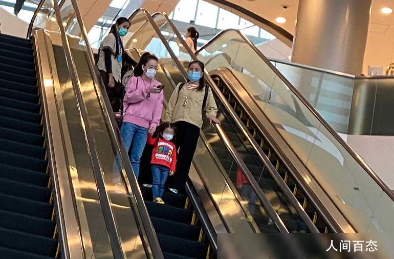 方媛携大女儿逛街 C宝乘电梯紧握妈妈的手