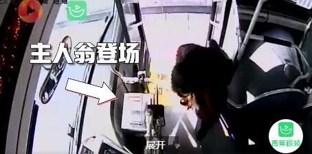 大妈坐公交忘戴口罩忙捂嘴 司机送其备用口罩