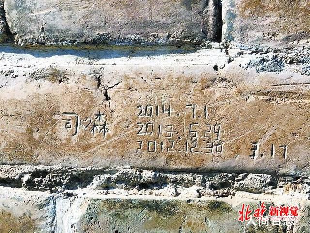 天坛1块砖被同一游客刻3年 天坛600岁老墙遭游客乱刻字