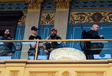 美国示威者持枪进入州议会 议员穿上防弹衣