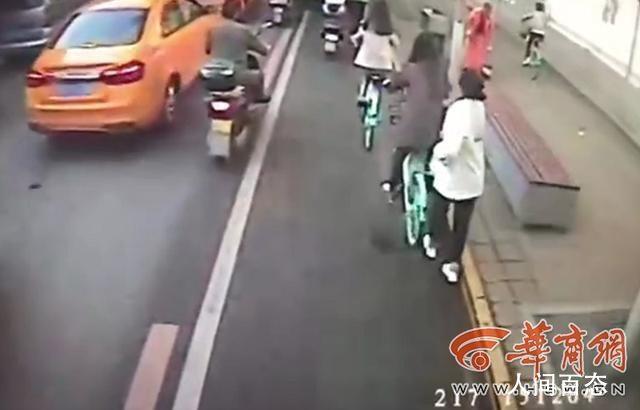 公交司机按喇叭大吼吓跑小偷 小偷公交站顺走骑车人手机