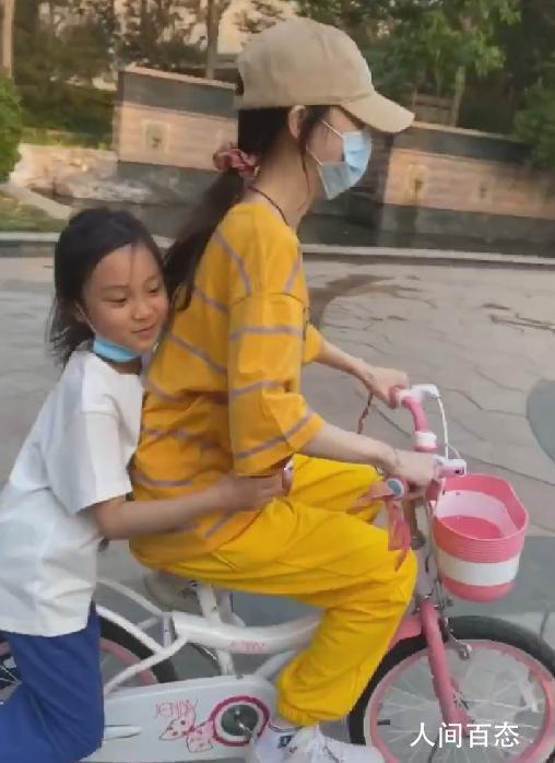 李小璐带女儿骑单车 甜馨搂妈妈满脸幸福