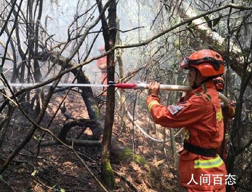 云南安宁森林大火 火场烟点较多部分火线复燃
