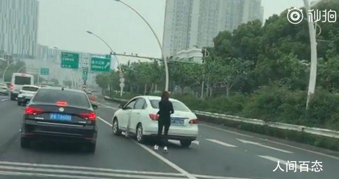 停车忘挂档司机高架追车跑 造成两车物损无人伤