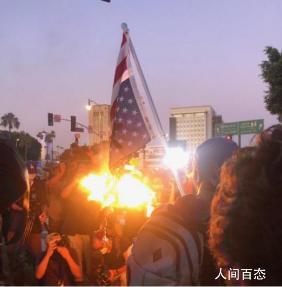 美示威者焚烧国旗 一度与警方发生冲突并出现受伤事件