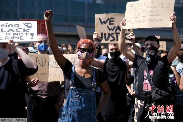 美国驻英大使馆被示威者包围 以声援在美国的抗议活动