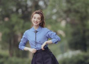 吴昕校园风写真 身着蓝色长袖衬衫搭配黑色短裙