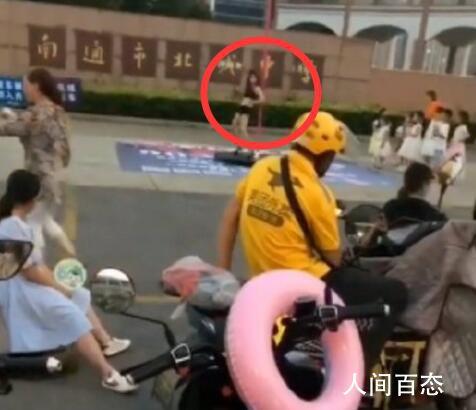 教育局回应女子中学门前跳钢管舞 现场还有男生鼓掌影响十分恶劣