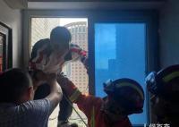 高考生门锁坏了被锁家中 锁匠民警消防队员都来了