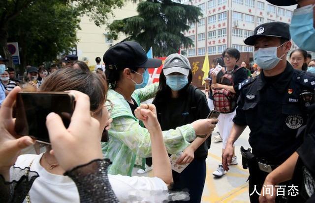 张子枫高考考场外被围拍 包裹严实戴着帽子和口罩