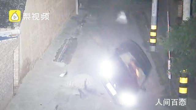 醉驾男子撞翻车又爬回车内酣睡 驾驶证还处于暂扣状态