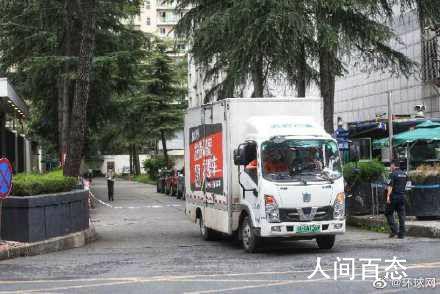 搬家货车驶出美国驻成都总领馆 消防车辆在附近街道待命