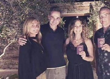 美国影星汤姆汉克斯加入希腊籍 和妻子手持希腊护照一脸笑容