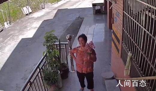 独居老人对着监控和孙女分享日常 孙女称奶奶就是他们的快乐源泉