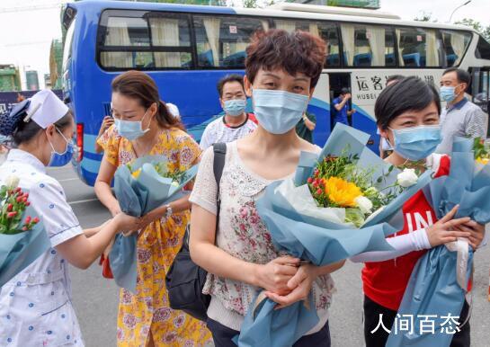 援鄂医疗队员代表受邀游湖北 副市长丁亚琳向援鄂医疗队代表送上鲜花