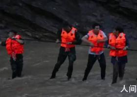 抗洪战士背4岁孩子拉绳索渡洪水 最终25名群众被安全转移