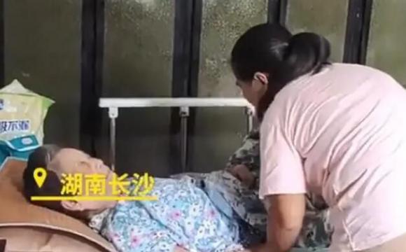 女子照顾同村20多位老人20年 网友:太善良了