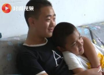 13岁男孩坚持5年背患病同学上学 王傲然个人资料介绍