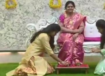 印度男子在新家摆上亡妻蜡像 只因住进新家是他和妻子的共同梦想