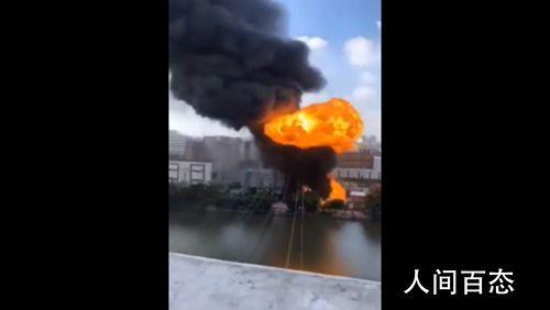 福建晋江一厂房突发火灾 现场浓烟滚滚明火窜至数层楼高