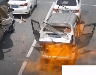 广东佛山一面包车当街爆炸 竟是因为一个打火机引起