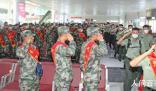 新兵老兵火车站相遇互致军礼 车站内响起家长和工作人员的阵阵掌声
