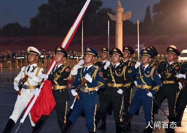 天安门广场举行国庆升旗仪式 看五星红旗在天安门广场冉冉升起