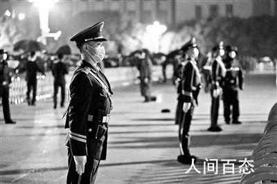 天安门执勤武警为何后退一步 官兵们执勤时不能撑伞