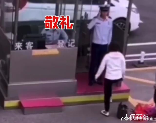 执勤消防员敬礼婉拒母亲拥抱 网友:向小哥哥致敬