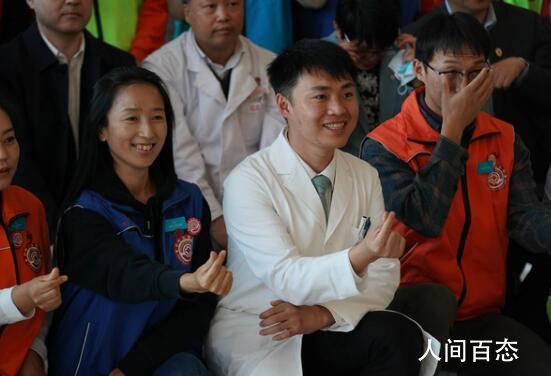 陶勇医生发起成立彩虹志愿服务队 现在已有34名志愿者加入其中