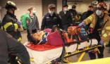 纽约地铁惊人一幕 女乘客被陌生男子推下铁轨