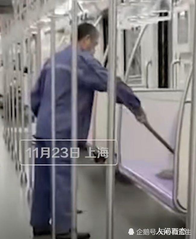 上海地铁回应保洁用拖把擦座椅 看到后恶心坏了