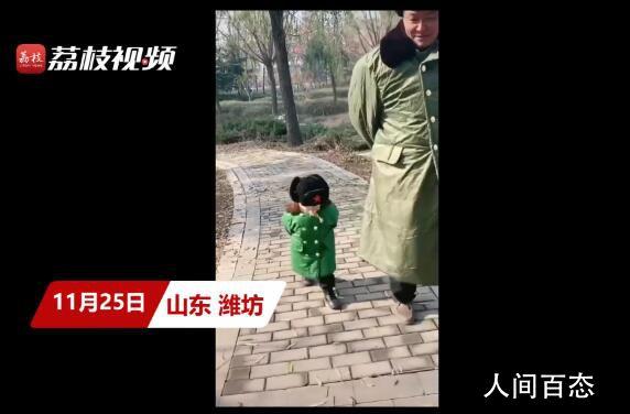 2岁萌娃穿军大衣模仿姥爷走路 勾着头背着手学到了姥爷的精髓