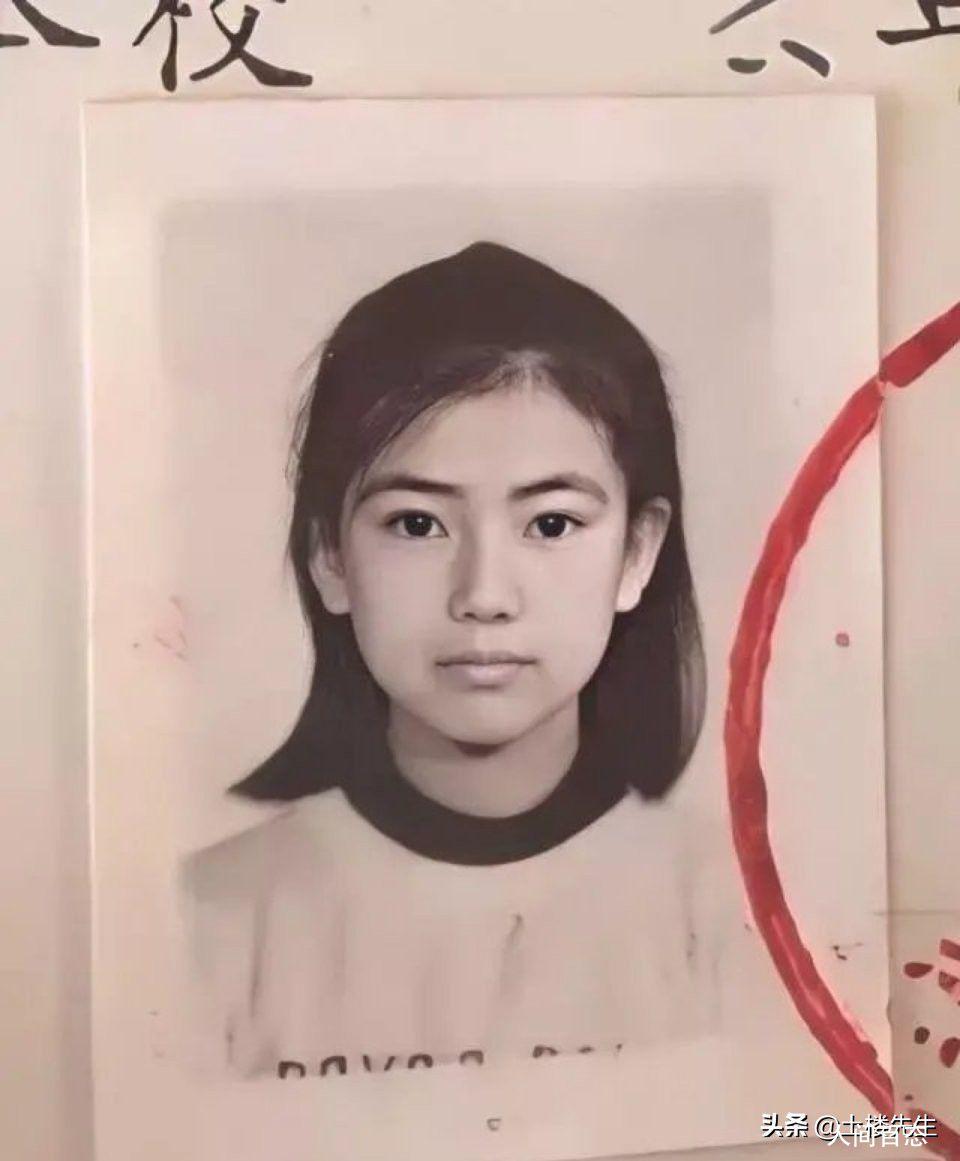 高圆圆小学时的证件照 从小五官就非常非常的标志