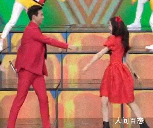 迪丽热巴李现跳舞像小朋友 完全的诠释了新生代年轻人的活力面貌