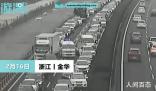 高速堵车救护车获45度让行 网友:有速度有温度的让行
