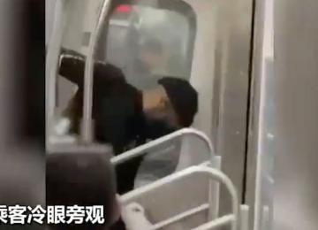亚裔男子在纽约地铁遭黑人毒打 老人无故被暴打血溅当场