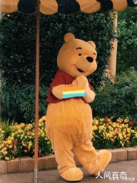 上海迪士尼噗噗熊被打 上来就对噗噗熊的肚子一阵乱锤