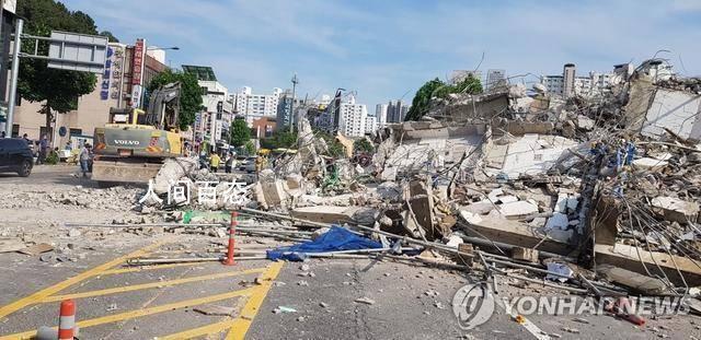 韩国一拆迁楼倒塌砸中公交车致9死 消防署140多名人力和设备展开搜救工作