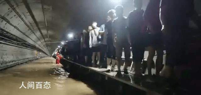 郑州地铁被困乘客沿绳桥走出隧道 已全部转移至安全地带