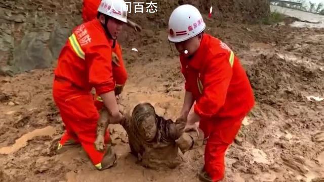 女子被泥石流掩埋 所幸消防员及时出手