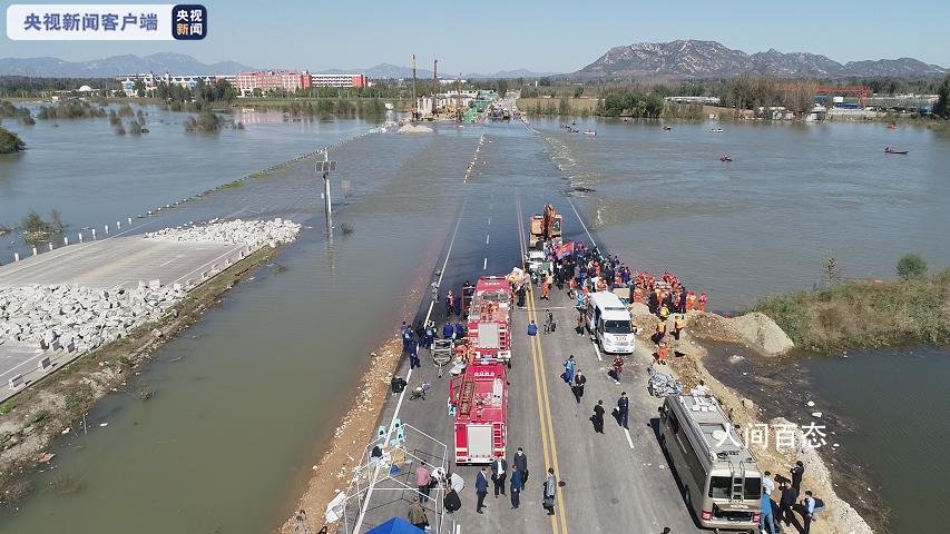 通勤班车坠河已致3死 仍有12人失联