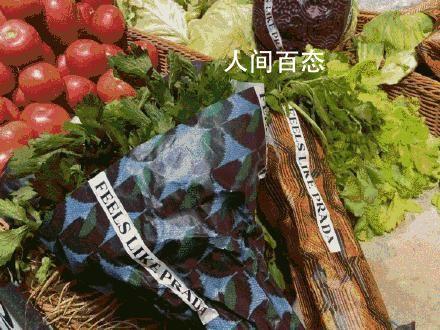 Prada菜场外女子把菜扔进垃圾车 买菜满20元就会送品牌秋冬花纹手提纸袋